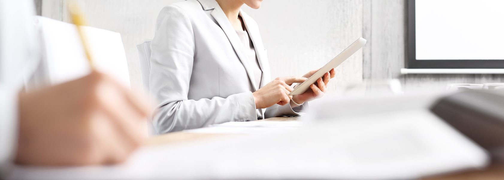 Businesswoman w tablet